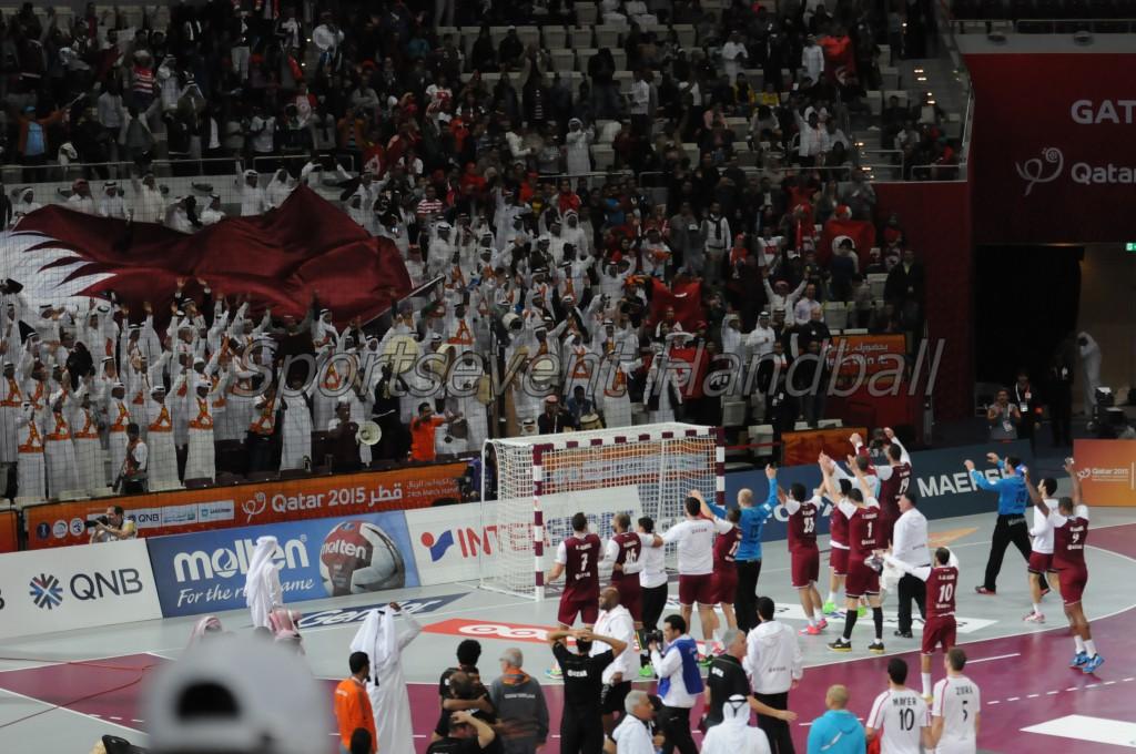 試合後、大観衆とともに勝利を喜ぶカタールセブン