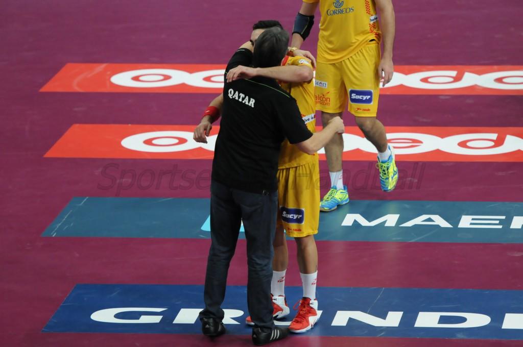 試合後、抱き合うリベラ親子