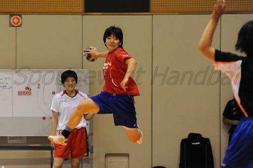 練習後にはシュートの確認やお互いで協力して自主練をする選手たち(写真は本間)