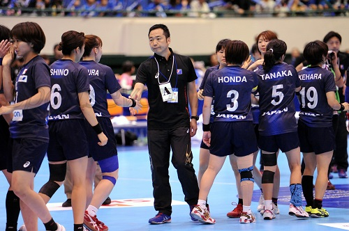 試合後の日本。栗山監督は選手1人ひとりに声をかけてねぎらった