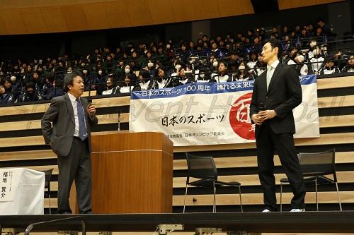 市販の薬品でも注意が必要だと話す沖本さん(写真左)と福田監督