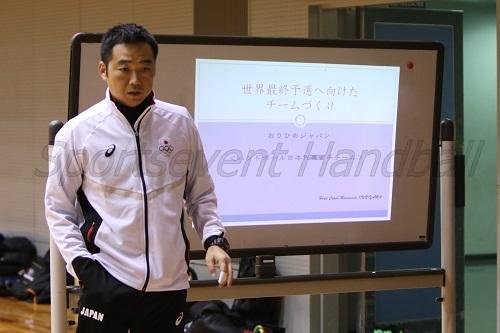 対戦国の特徴を選手に伝える栗山監督