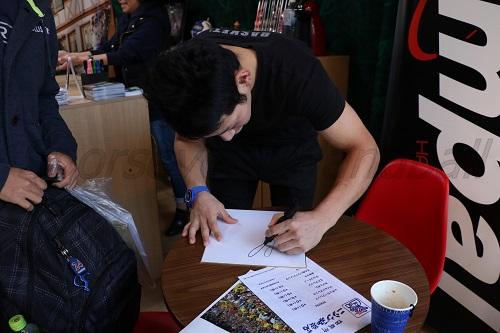 東江選手や徳田選手(写真)はサインを書くのにまだまだ慣れていないようす