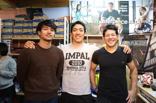 大会を終えて帰国した3選手(左から東江、銘苅、徳田)。ちなみに、全員がメダルを持ってくるのを忘れたそうです