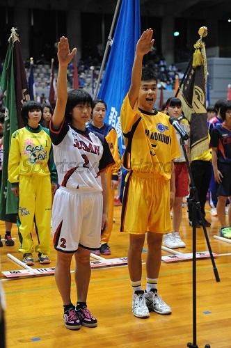 氷見十三中(富山)の林愛璃選手(左)、氷見北部中(富山)の朝野暉英選手が選手を代表して選手宣誓
