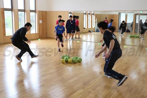 室内での練習風景から。ひさびさのハンドボールに子どもたちからは「楽しかった」との声が聞こえた