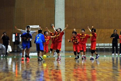 笹川クは試合終盤に流れを引き寄せ、秋田わかすぎクに競り勝った