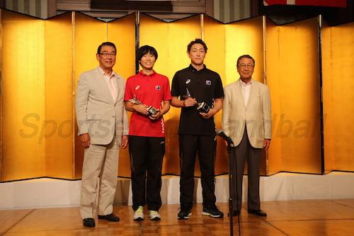 女子MVPの白石(左から2人目)と男子MVPの元木(左から3人目)