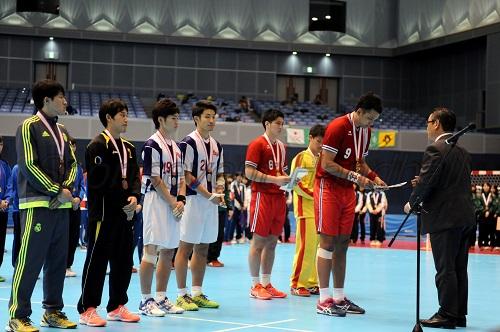 表彰を受ける男子の優秀選手たち