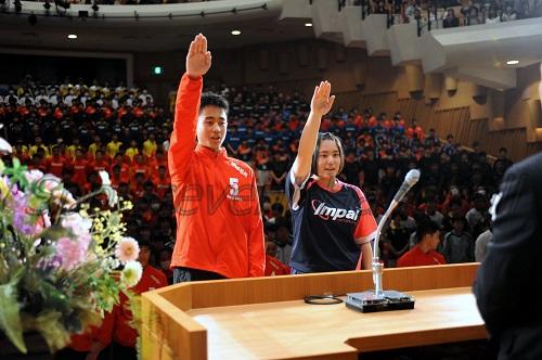 選手宣誓を務めた浦添市選抜の伊禮雅太選手(左)と松岡真子選手