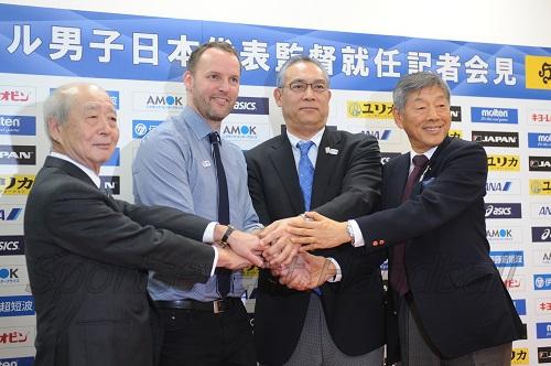 渡辺会長(左)、蒲生専務理事(右から2人目)、多田副会長(右)とがっちり握手をかわした