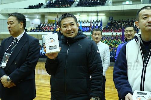 優秀校には記念品が渡された(写真は香川中央・河合監督)
