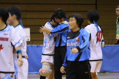 劇的な勝利にエース横田(中央左)と守護神・碓井(中央右)は思わず涙がこぼれ落ちた