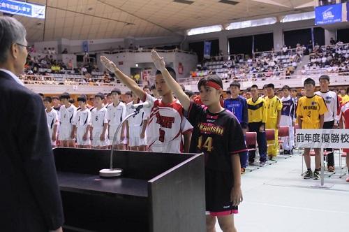 隈選手(左)、上原選手(右)による選手宣誓