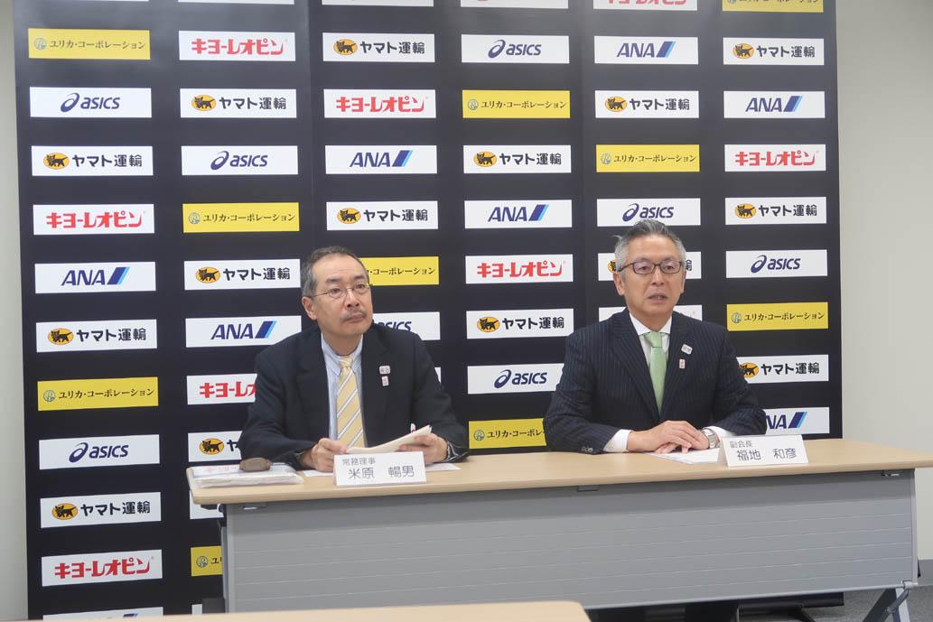 JAPAN CUP開催を発表する日本協会・福地和彦副会長(右)、米原暢男常務理事(左)