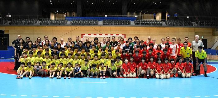 試合前にエキシビジョンマッチを戦った高崎クと水海道クの選手たちが両代表とともに記念撮影