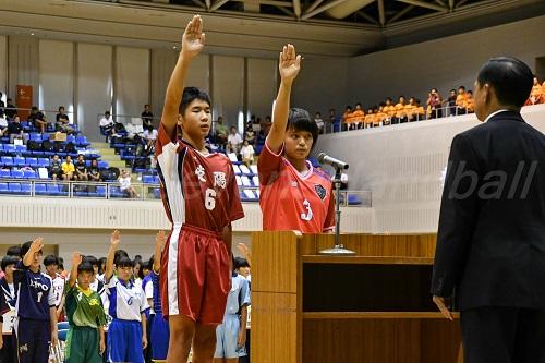 岐陽中の男女キャプテン・保科龍之介選手(左)と佐伯理子選手が堂々と選手宣誓