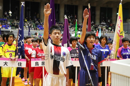 選手宣誓をする畑中選手(左)と中田選手